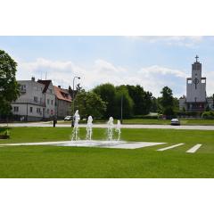 Pohled na část parku s fontánou a kostel Sv. Anežky